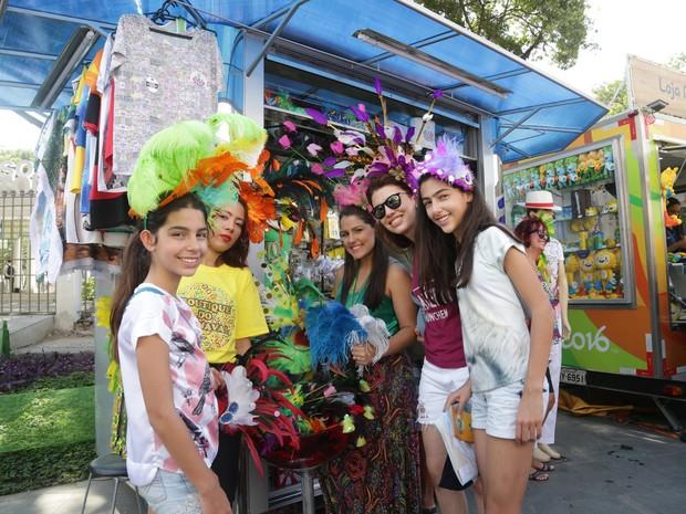 De Curitiba: a médica Angela Chiaratti e as filhas Bianca e Guilia curtem carnaval fora de época no Boulevard Olímpico, no Porto Maravilha (Foto: Marcello Cavalcanti/G1)