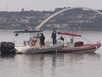 Bobeiros fazem busca no Lago Paranoá (Foto: TV Globo/ Reprodução)