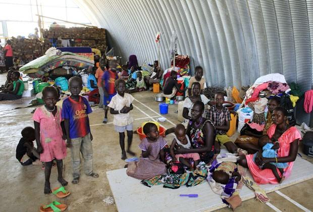 Refugiados são vistos em campo da ONU em Juba, no Sudão do Sul, nesta segunda-feira (23) (Foto: James Akena/Reuters)