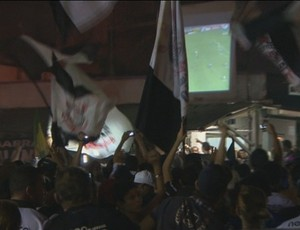 Torcida do corinthians fecha avenida e assiste o jogo da final da libertadores em tel&#227;o (Foto: Reprodu&#231;&#227;o/TV RO)