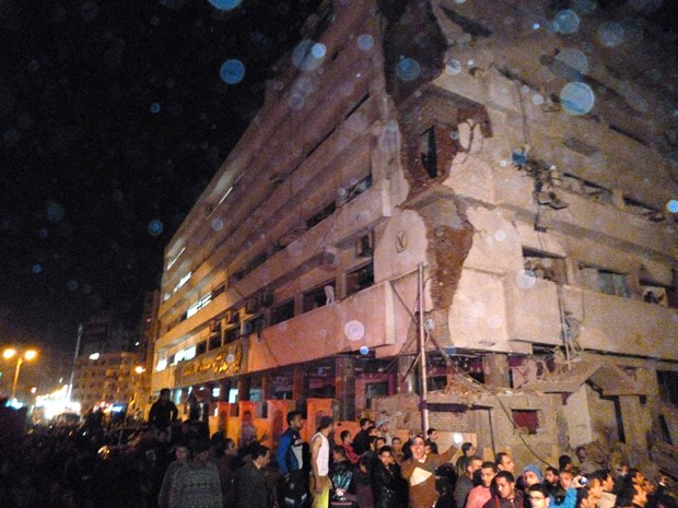 Prédio da sede da polícia na cidade do Delta do Nilo de Mansoura , a 110 km ao norte de Cairo, foi atingido por explosão de um carro-bomba. (Foto: AP)