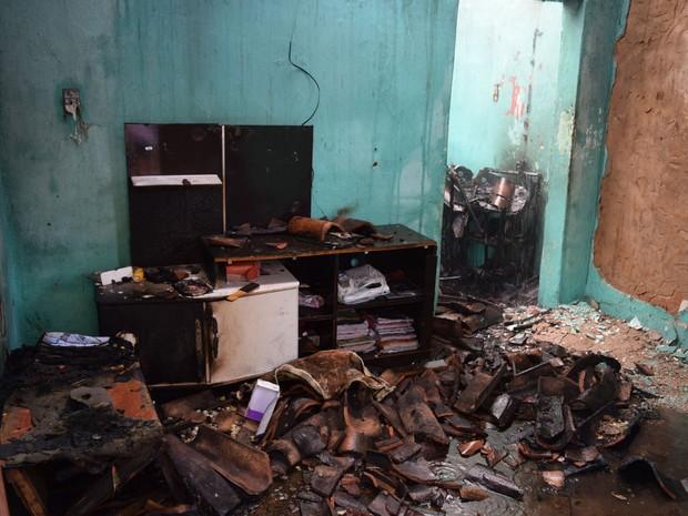 Móveis foram destruídos durante o incêndio (Foto: Lay Amorim/ Brumado Notícias)
