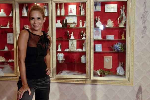 Andréa Beltrão posa ao lado de novo cenário do programa, que você vê no dia 2 de abril (Foto: Alex Carvalho/Rede Globo)