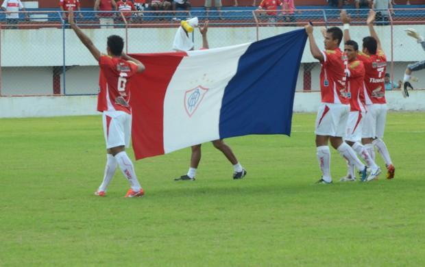 Time entra com a bandeira do Itabaiana (Foto  Thiago Barbosa    GLOBOESPORTE.COM 2a43b65b1bf8d