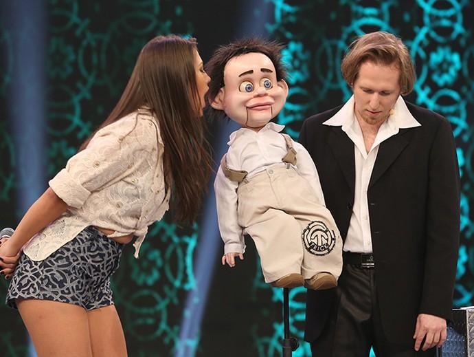 A bailarina Rachel Drodowsky se divertiu com o número do boneco (Foto: Carol Caminha / Gshow)