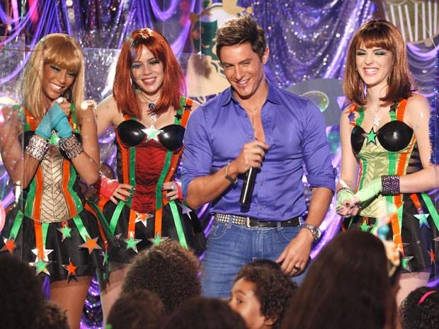 Fabian rouba a cena no show das crianças (Foto: Cheias de Charme / TV Globo)