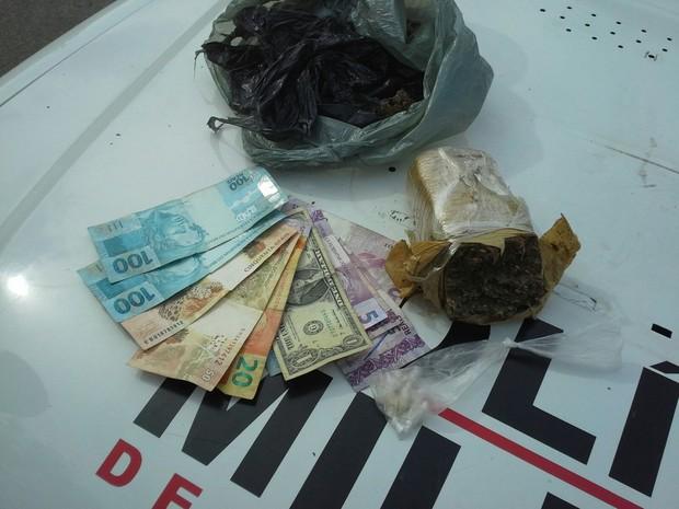 Um homem de 38 anos foi preso na tarde desta quinta-feira (17) durante um mandado de busca e apreensão em Divinópolis. O suspeito foi localizado na Rua Bom Despacho, no Bairro Nações. Segundo a Polícia Militar (PM), dentro da casa do homem foram encontrad (Foto: Polícia Militar/Divulgação)