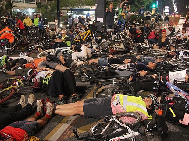 Ciclistas se deitar no chão em ato após atropelamento que matou jovem na Avenida Paulista nesta segunda-feira (27), em São Paulo (Foto: Marcelo S. Camargo/Frame/Estadão Conteúdo)