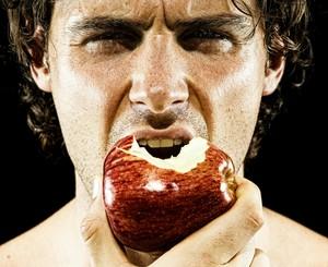 homem comendo maça eu atleta (Foto: Getty Images)
