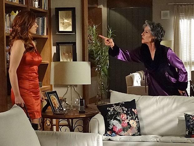 Melissa ameaça matar Amparo se ela não a obedecer (Foto: Amor Eterno Amor/TV Globo)
