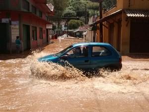 Rio Capivari transbordou e água invadiu as ruas (Foto: Ângela Beraldo/Vanguarda Repórter)