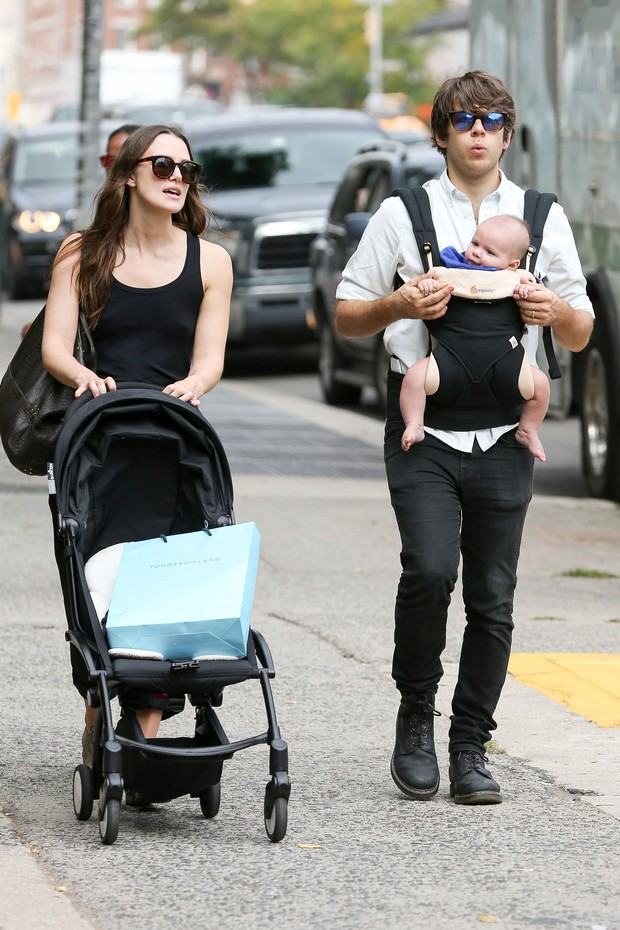 Keira Knightley com o marido, James Righton, e o filho (Foto: Grosby Group)