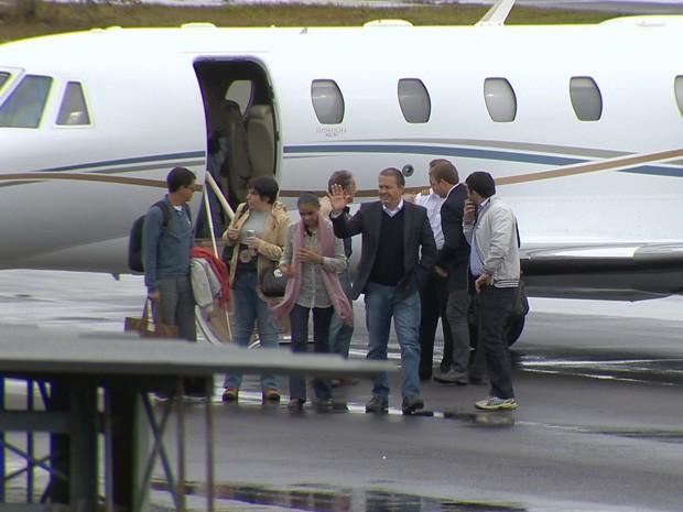 Eduardo Campos e Marina Silva chegam ao aeroporto de Juiz de Fora (MG). (Foto: Reprodução/TV Integração)
