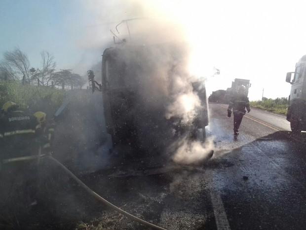 A carroceiria do veículo estava vazia e foi preservada (Foto: Divulgação/ Corpo de Bomebiros)
