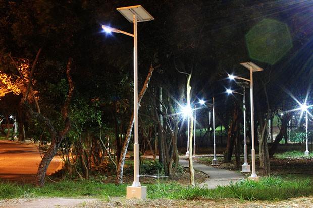 """Postes de iluminação abastecidos por energia solar dão aspecto """"futurista"""" a praça no Jardim Chapadão (Foto: Gustavo Magnusson)"""