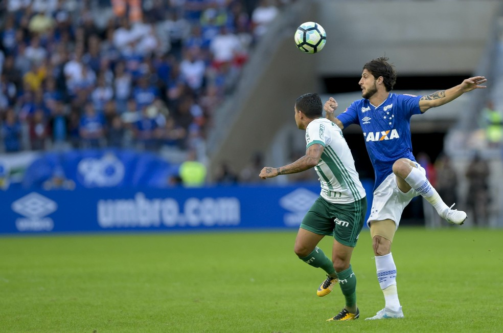Hudson disputa bola com Dudu durante duelo entre Cruzeiro e Palmeiras (Foto: Washington Alves/ Light Press)