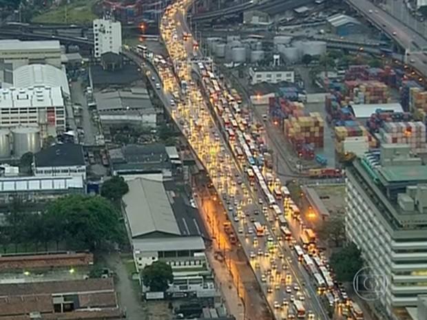 Chegada à Zona Portuária estava caótica às 7h (Foto: Reprodução / Globo)