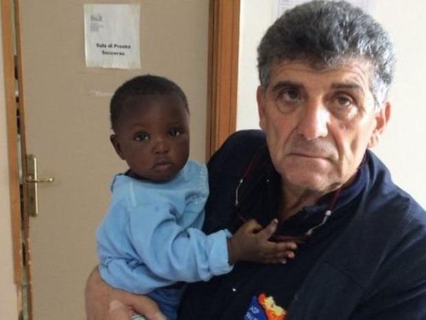 Favour, nigeriana de nove meses, foi encontrada em barco no Mediterrâneo na semana passada (Foto: Pietro Bartolo)