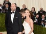 Rosie Huntington-Whiteley usa fenda gigantesca no baile de gala do MET