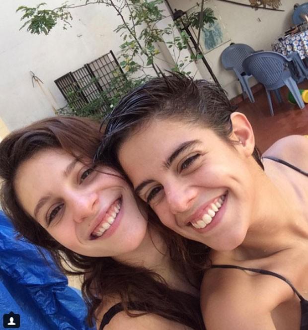 Lara e a namorada, a estudante Bia Novaes (Foto: Reprodução Instagram)