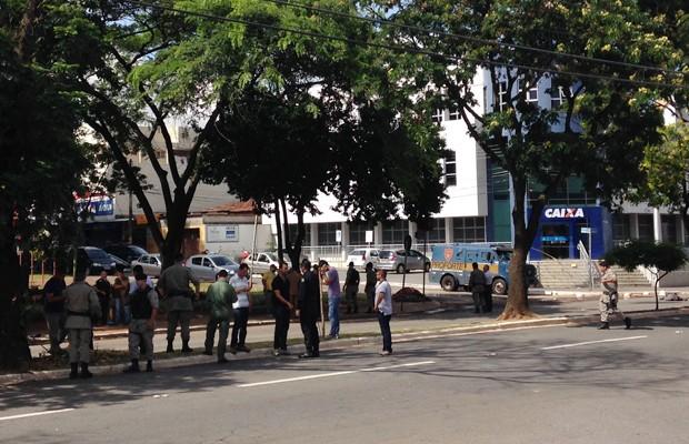 Assalto a carro-forte termina com dois morto sem agência bancária da Avenida T-9, em Goiânia, Goiás (Foto: Luísa Gomes/G1)