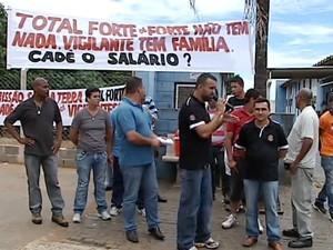 Sindicato protesta por pagamento de salário dos vigilantes (Foto: Reprodução/TV Integração)