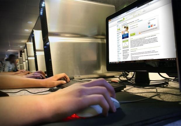 Jovens acessam internet ; banda larga ;  (Foto: Reprodução/Facebook)