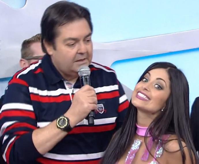 Aline Riscado faz charme em conversa com Faustão no Dança 2014 (Foto: TV Globo)