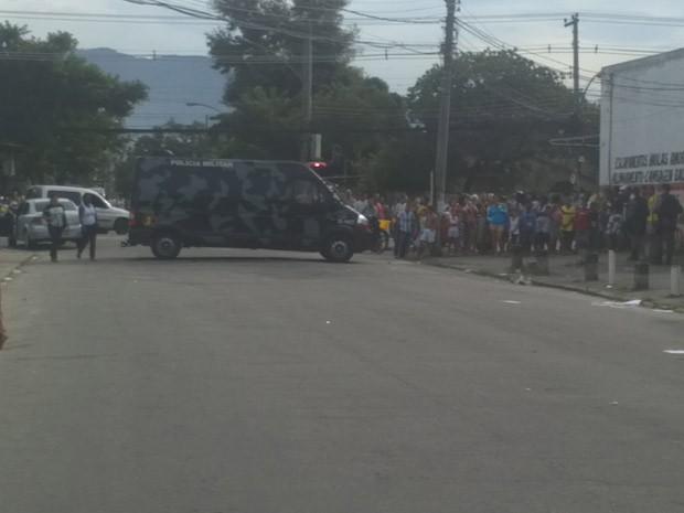 Curiosos olham de longe o local onde o traficante foi encontrado  morto (Foto: Christiano Ferreira/G1)