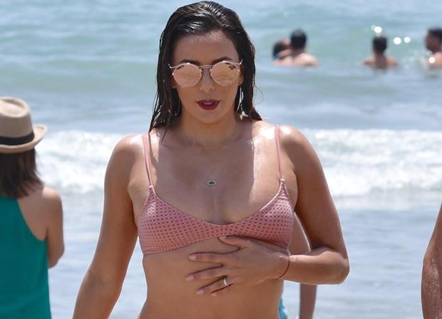 Eva Longoria aparece com quilos a mais e corpo