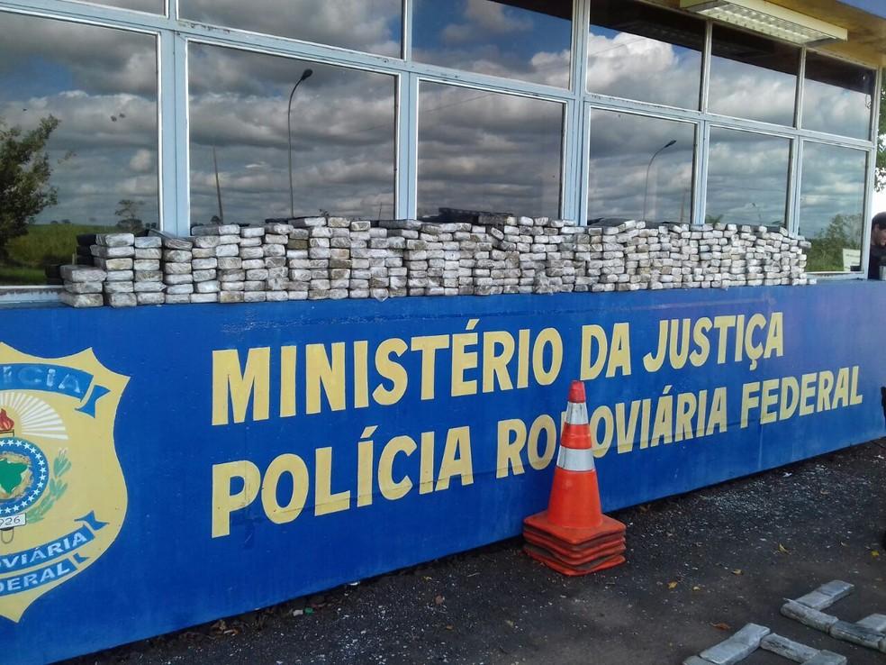 Quase 200 kg de maconha foram apreendidos na tarde desta quinta-feira (13) em Alto Paraíso, no Paraná (Foto: Divulgação/Polícia Rodoviária Federal)