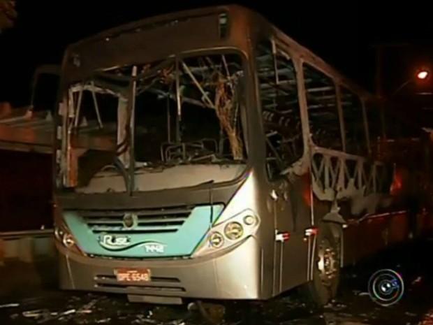 Veículo ficou destruído após o incêndio criminoso (Foto: Reprodução / TV TEM)
