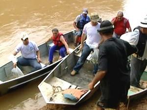 Dez mil peixes são soltos no Rio São Francisco em Iguatama (Foto: Reprodução/TV Integração)