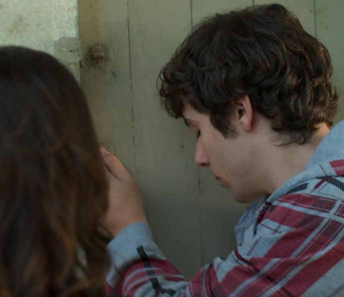 Luan tenta abrir a porta (Foto: TV Globo)