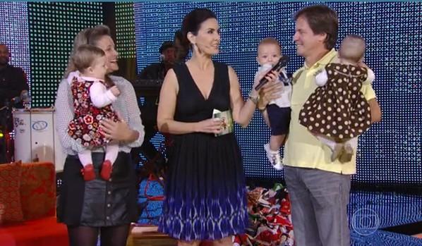 O Casal Claudia e Marcelo com os trigêmeos Flora, Felipe e Valentina no Encontro com Fátima Bernardes (Foto: Rede Globo)