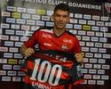 Júnior Viçosa é homenageado por marca de 100 jogos pelo Atlético-GO