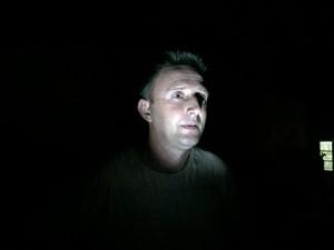 Celinho Feix precisa de uma lanterna para iluminar a frente da casa (Foto: Giovani Grizotti/RBS TV)