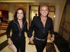 Glória Pires e Orlando Morais vão ao teatro com looks parecidos
