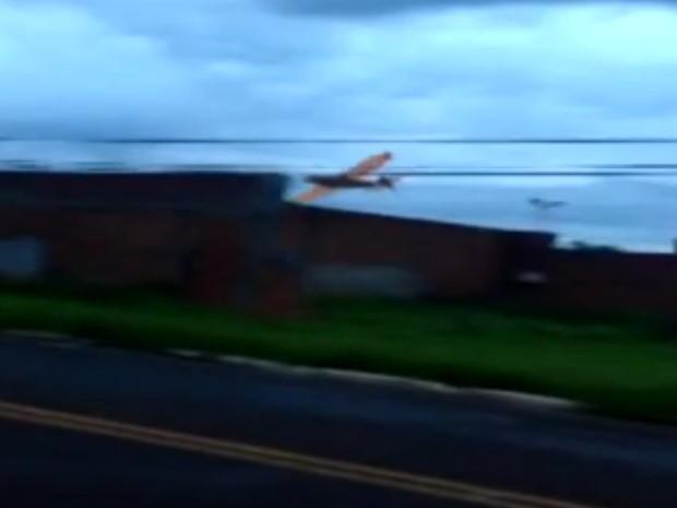 [Brasil] Avião faz manobras perigosas e voos rasantes sobre casas em Jales (SP) Sem_titulo_Uc20AQr