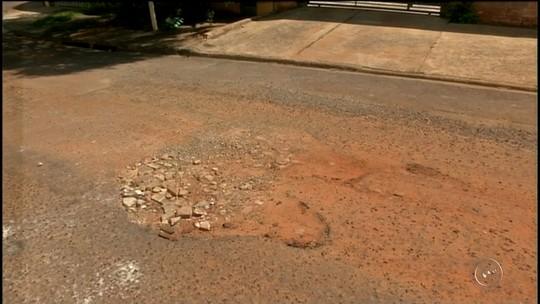 Moradores reclamam de ruas esburacadas em bairro de Avaré