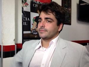 Advogado Diego Scarpa acompanhou suspeito até a delegacia (Foto: Mariane Rossi/G1)