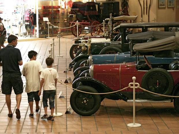 Cerca de 40 carros no museu pertencentes ao príncipe Albert II serão leiloados (Foto: Lionel Cironneau/AP)