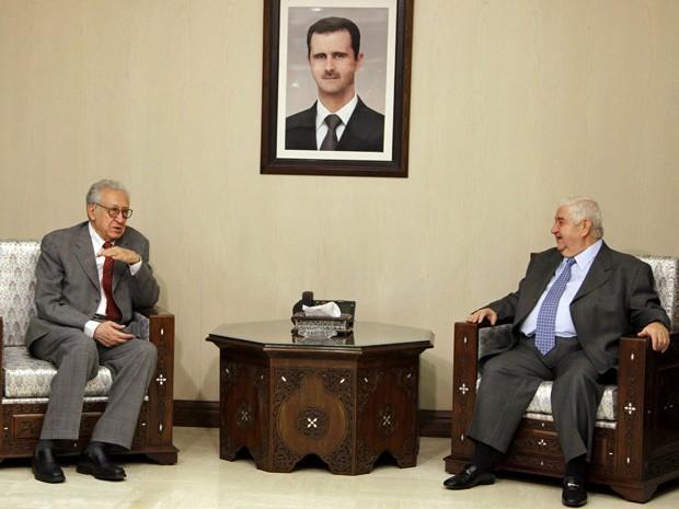 Lakhdar Brahimi e Walid al-Moualem se reúnem neste sábado (20), em Damasco (Foto: Khaled al-Hariri/Reuters )