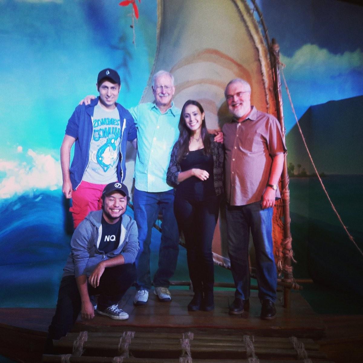 Com os diretores de 'Moana', Ron Clements e John Musker, e outros artistas brasileiros (Foto: Reprodução/Twitter)