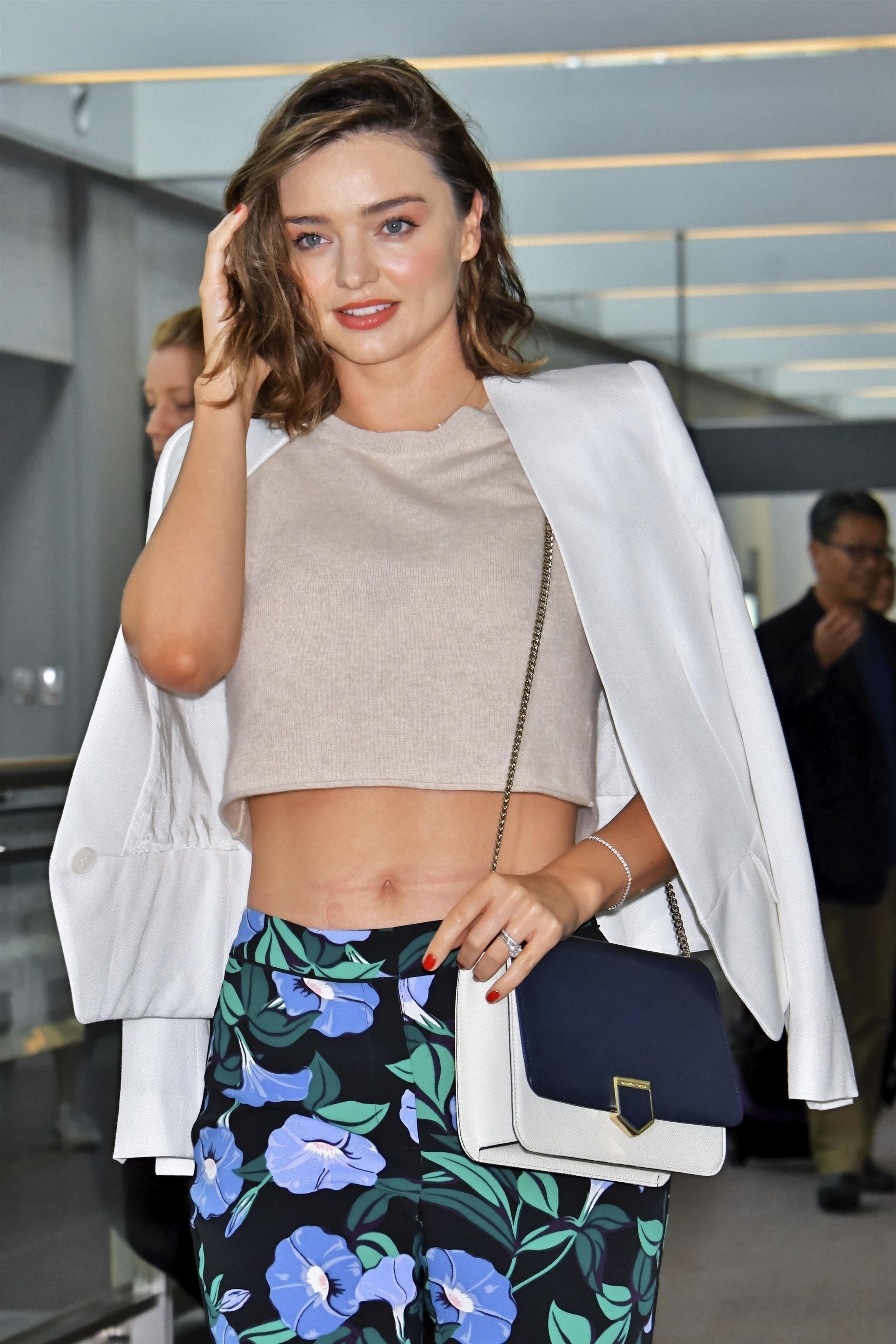 Miranda Kerr concentra os flashes ao chegar no aeroporto de Tóquio (Foto: AKM-GSI )