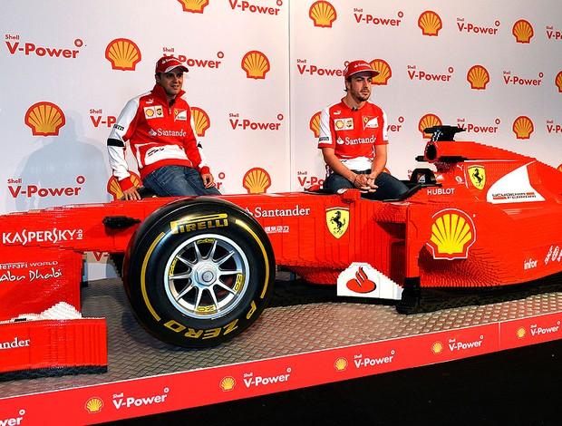 Alonso e Massa com uma Ferrari de brinquedo na Austrália (Foto: AFP)