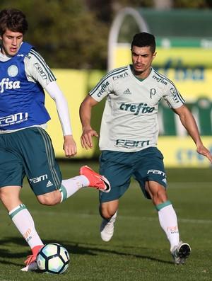 Leo Passos e Egídio (dir) participam de treino do Palmeiras