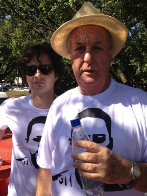Valério Filho e Mané de Oliveira pedem a prisão dos acusados pelo assassinato do cronista (Foto: Fernanda Borges/G1)