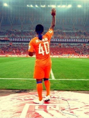 Vagner Love com a camisa 40 do Shandong Luneng (Foto: Reprodução/Sina.com)