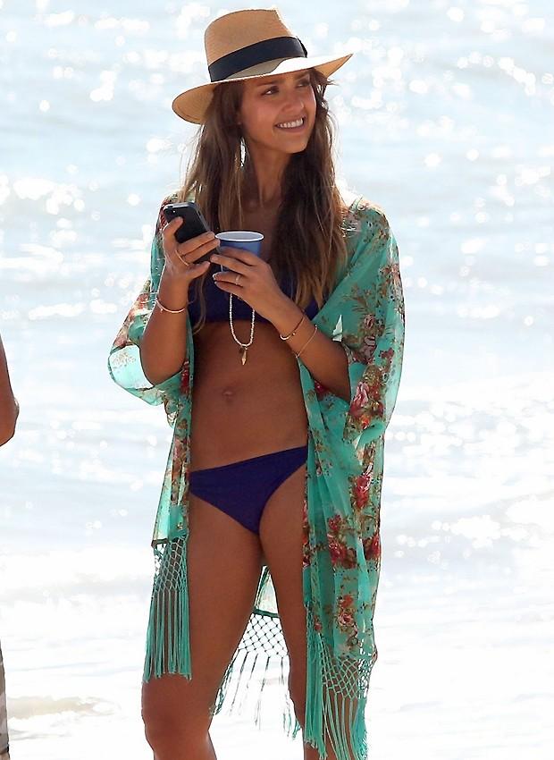Jessica Alba na praia com kimono com franjas (Foto: QUEM)